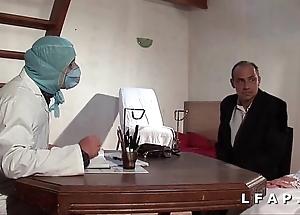 Benumbed vieille mariee se fait defoncee le cul chez le gyneco en trio avec le mari