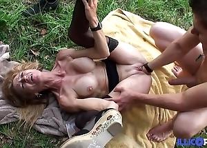 Bonne cougar blonde et bien grown-up baisée dans un champ [full video]